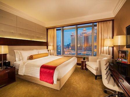 1 night accommodation at Broadway Hotel (Fri only)